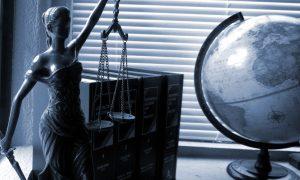 Ideologija na sodiščih: Vpliv svetovnonazorskih in družbenih stališč sodnikov na njihove odločitve